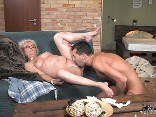 Granny plant magic with her soaked pussy and ass
